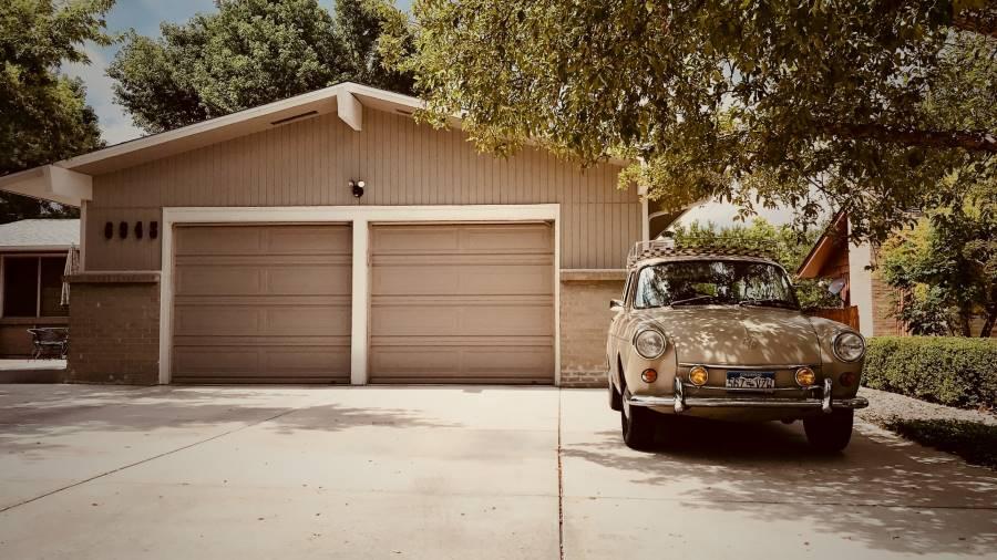 En bil utanför ett garage